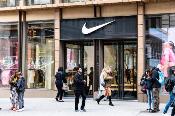 Nike-leder Ann Hebert går av etter kobling til sønnens sneaker-virksomhet