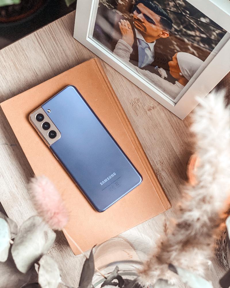 Iman Meskini leker seg med en Samsung S21 5G
