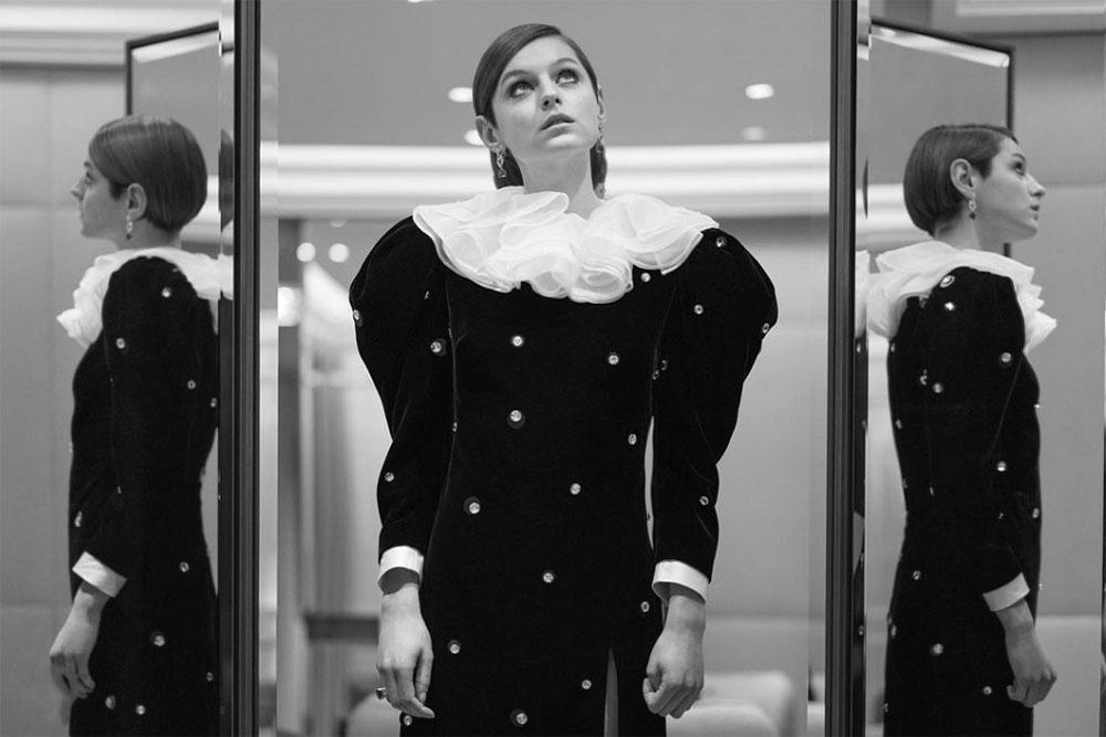 Emma Corrin i kjole fra Miu Miu