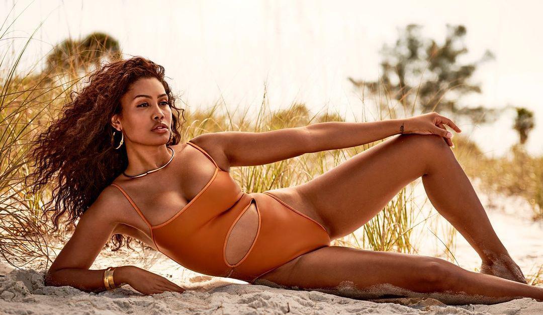 Leyna Bloom skriver historie som den første ikke-hvite transmodellen i Sports Illustrated sitt badedraktnummer