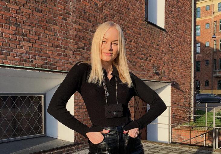 Den danske influenceren Thora Valdimars i skinnbukse fra eget merke. (Foto via Instagram @thoravaldimars)