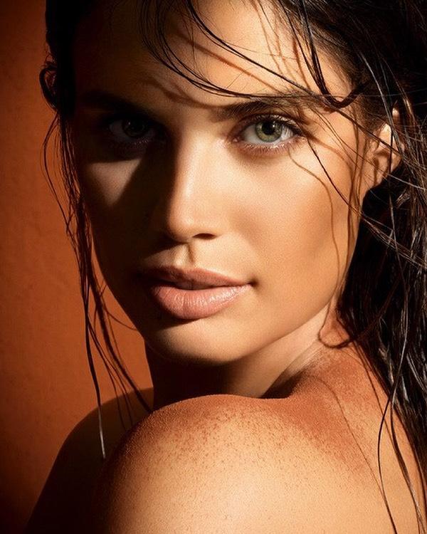Sara Sampaio som kampanjemodell for solpudderet